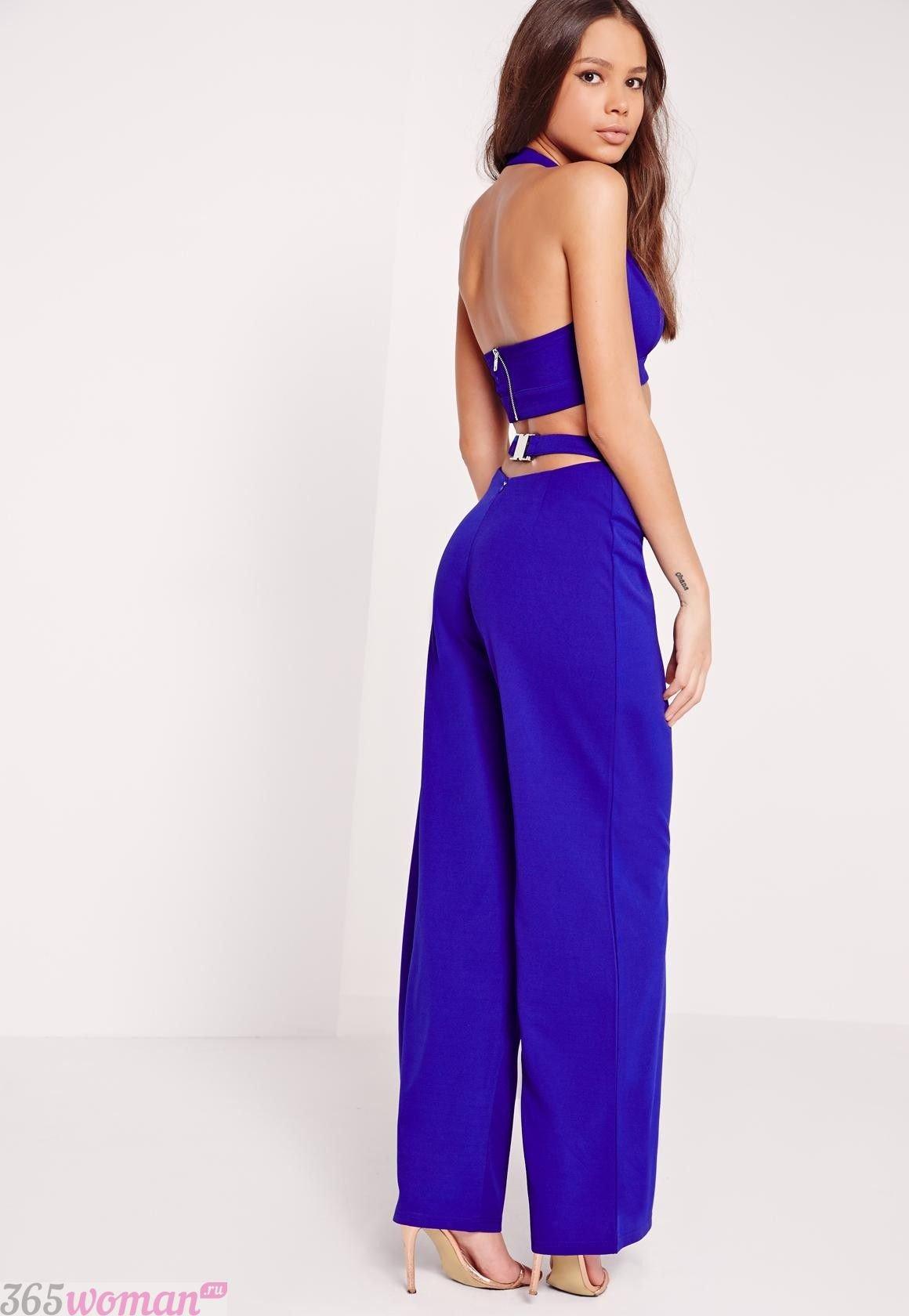 с чем носить широкие ярко синие брюки и короткий топ