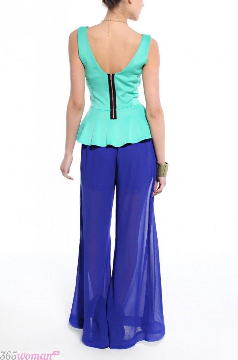 с чем носить широкие ярко синие брюки и мятная блуза