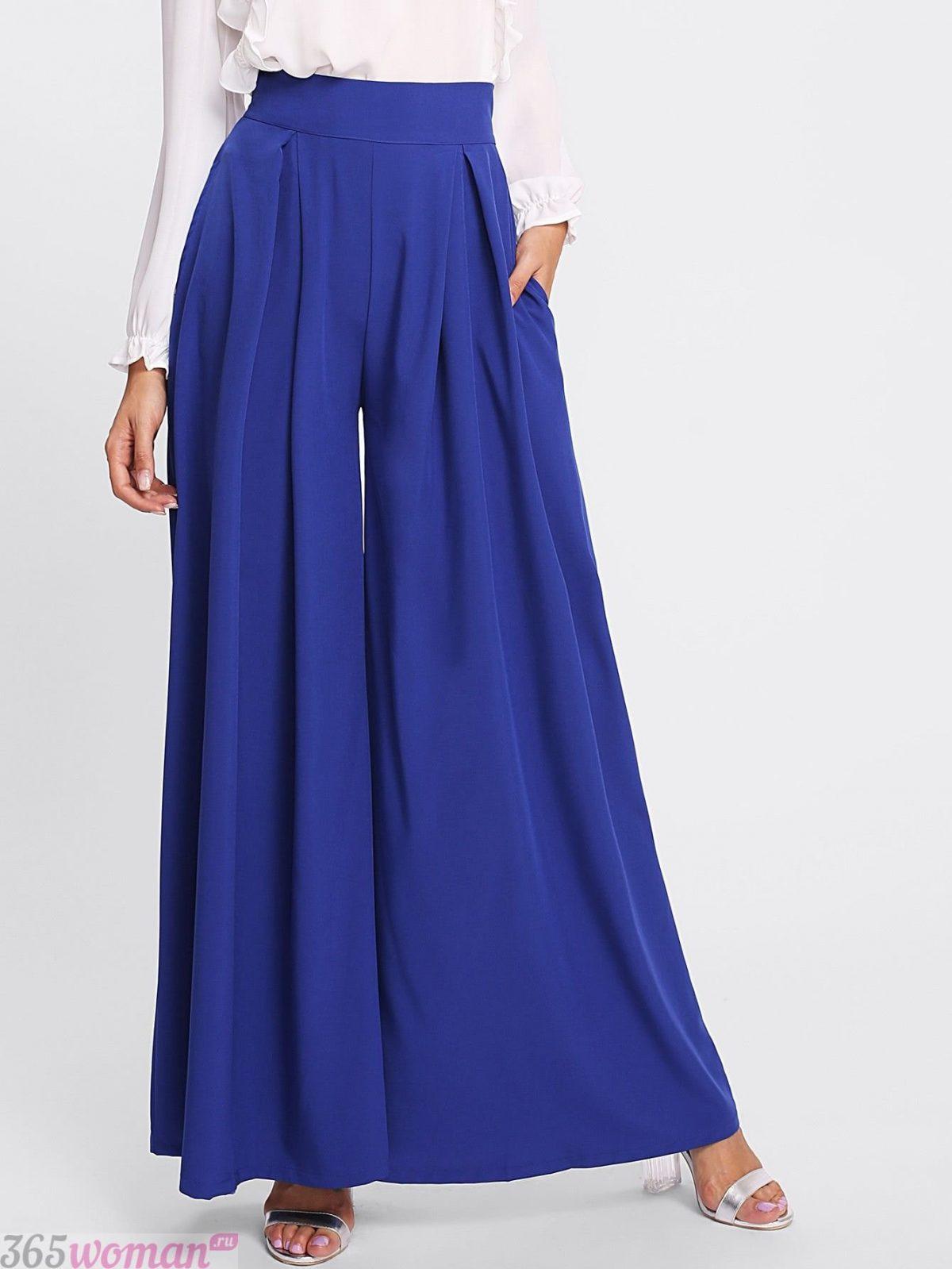 очень широкие ярко синие брюки с чем носить