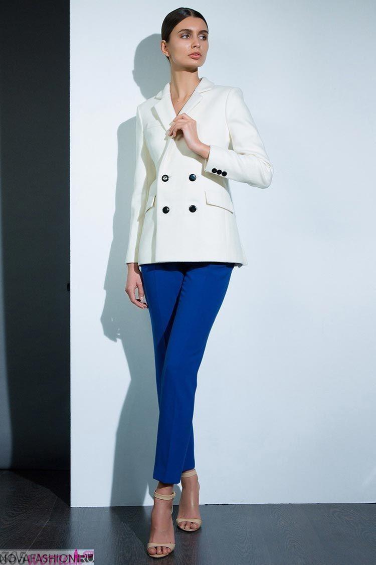 с чем носить ярко синие брюки скинни и белый пиджак
