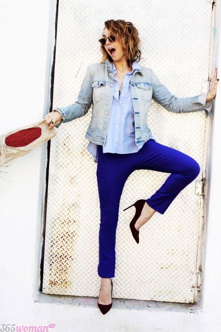 с чем носить ярко синие брюки скинни и голубая блуза
