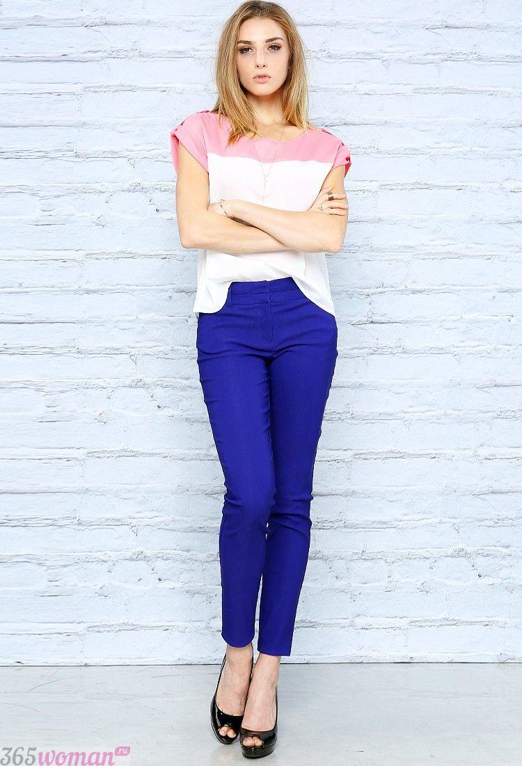бело-розовая блуза и ярко синие брюки скинни