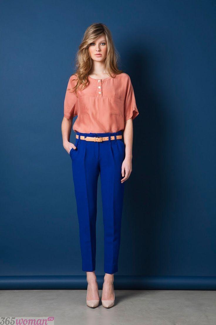 с чем носить ярко синие укороченные брюки и персиковая блуза