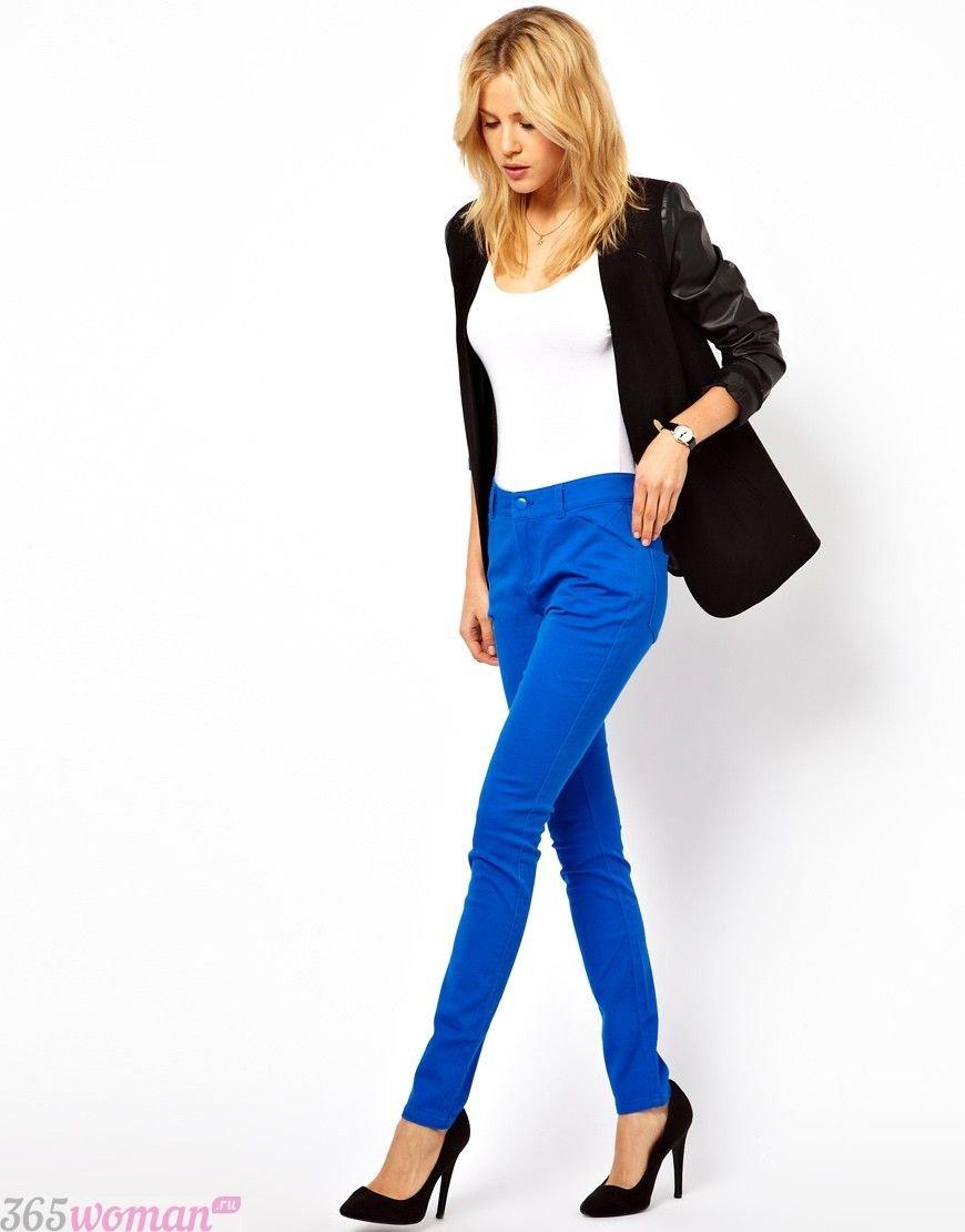 с чем носить ярко синие брюки скинни, бела футболка и пиджак
