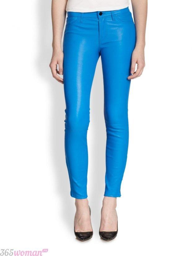 кожаные ярко синие брюки скинни
