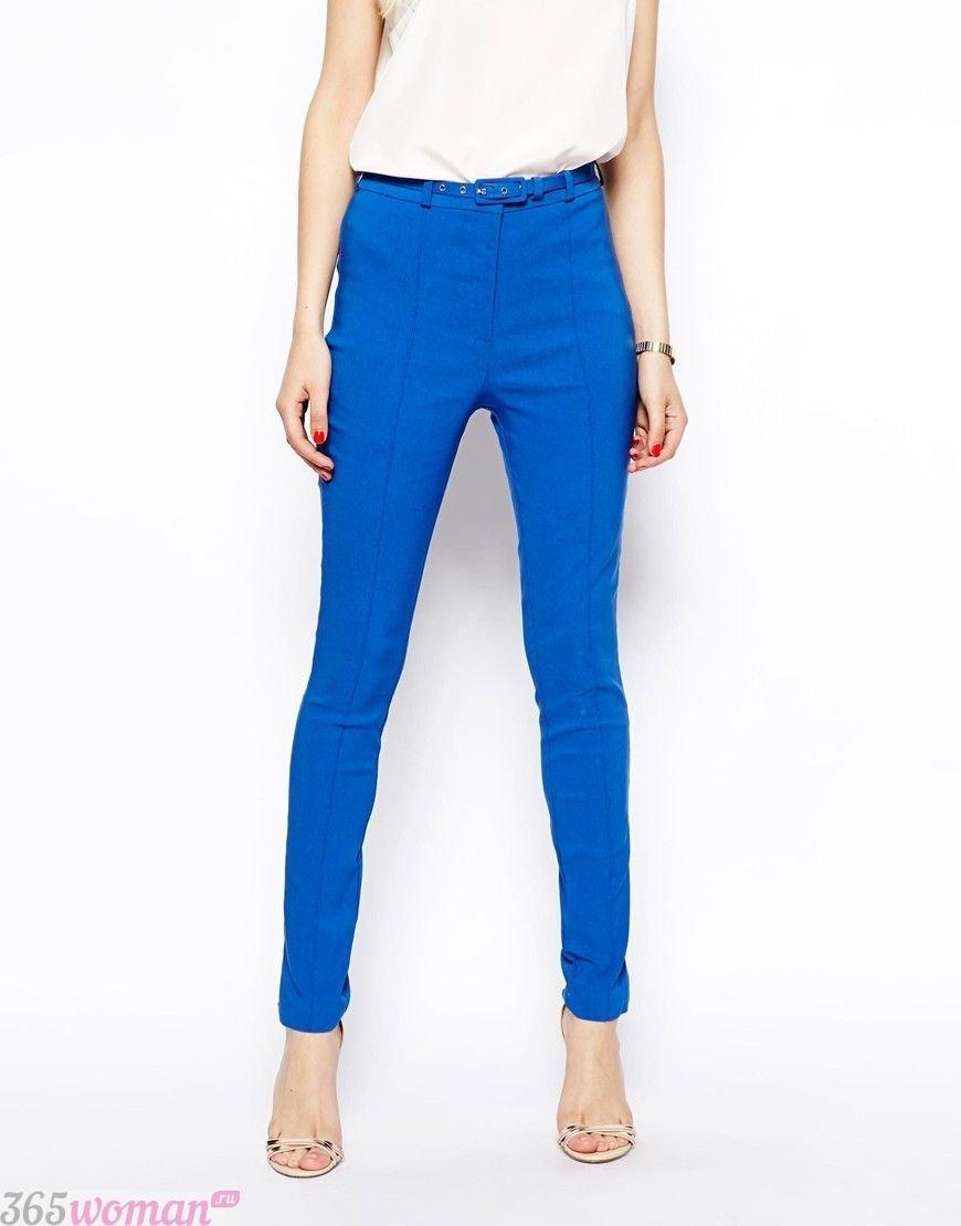 с чем носить ярко синие брюки скинни