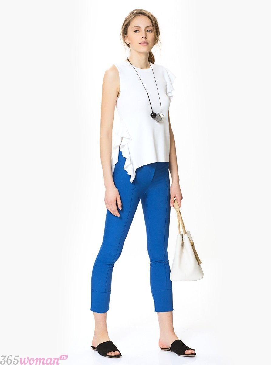 с чем носить ярко синие брюки скинни и белая блуза без рукавов