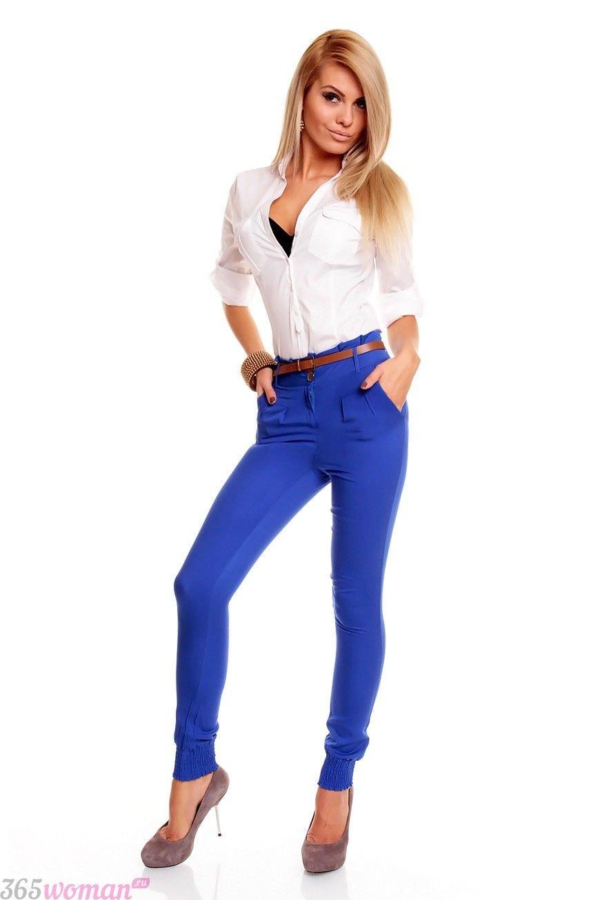 с чем носить белая блуза и ярко синие брюки скинни
