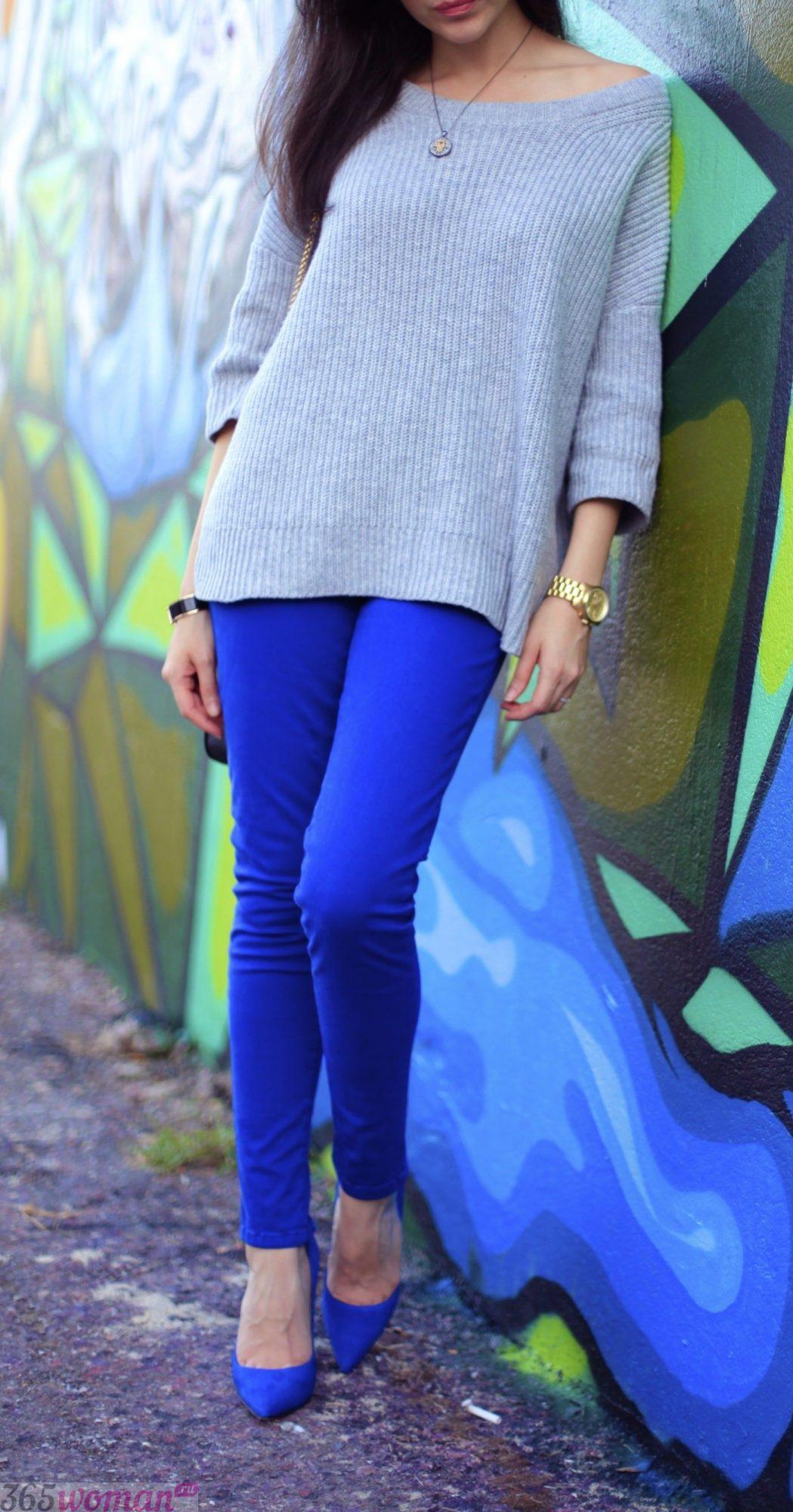 с чем носить ярко синие брюки скинни и серый свитер