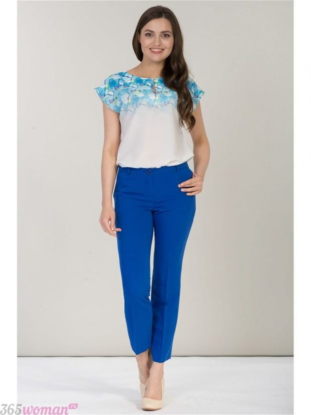 с чем носить ярко синие укороченные брюки и блуза с голубым рисунком