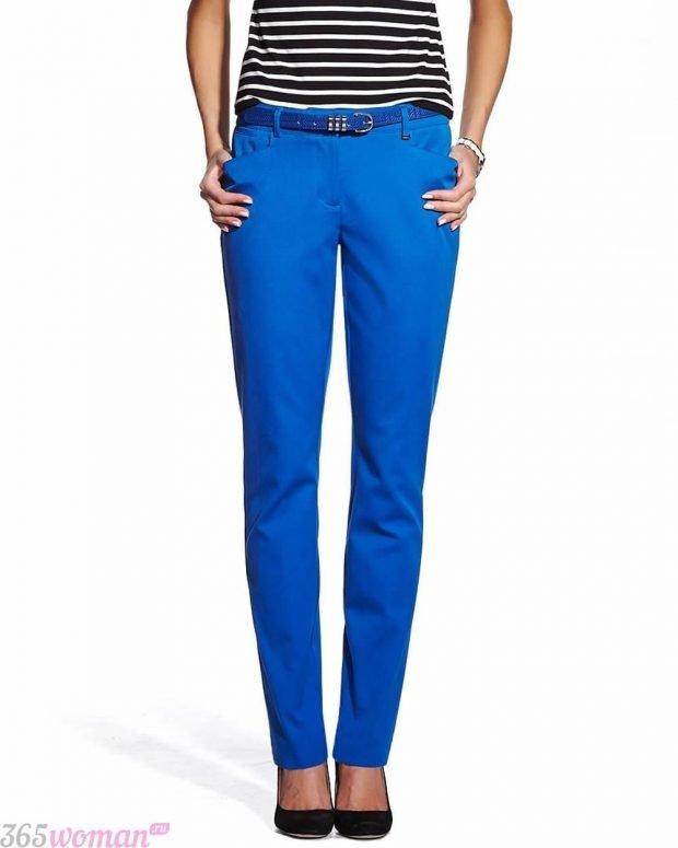 с чем носить классические ярко синие брюки