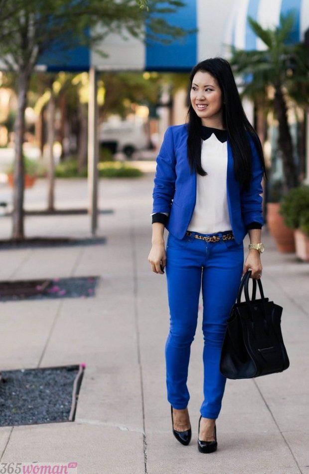 с чем носить ярко синие брюки, белая блуза и синий пиджак