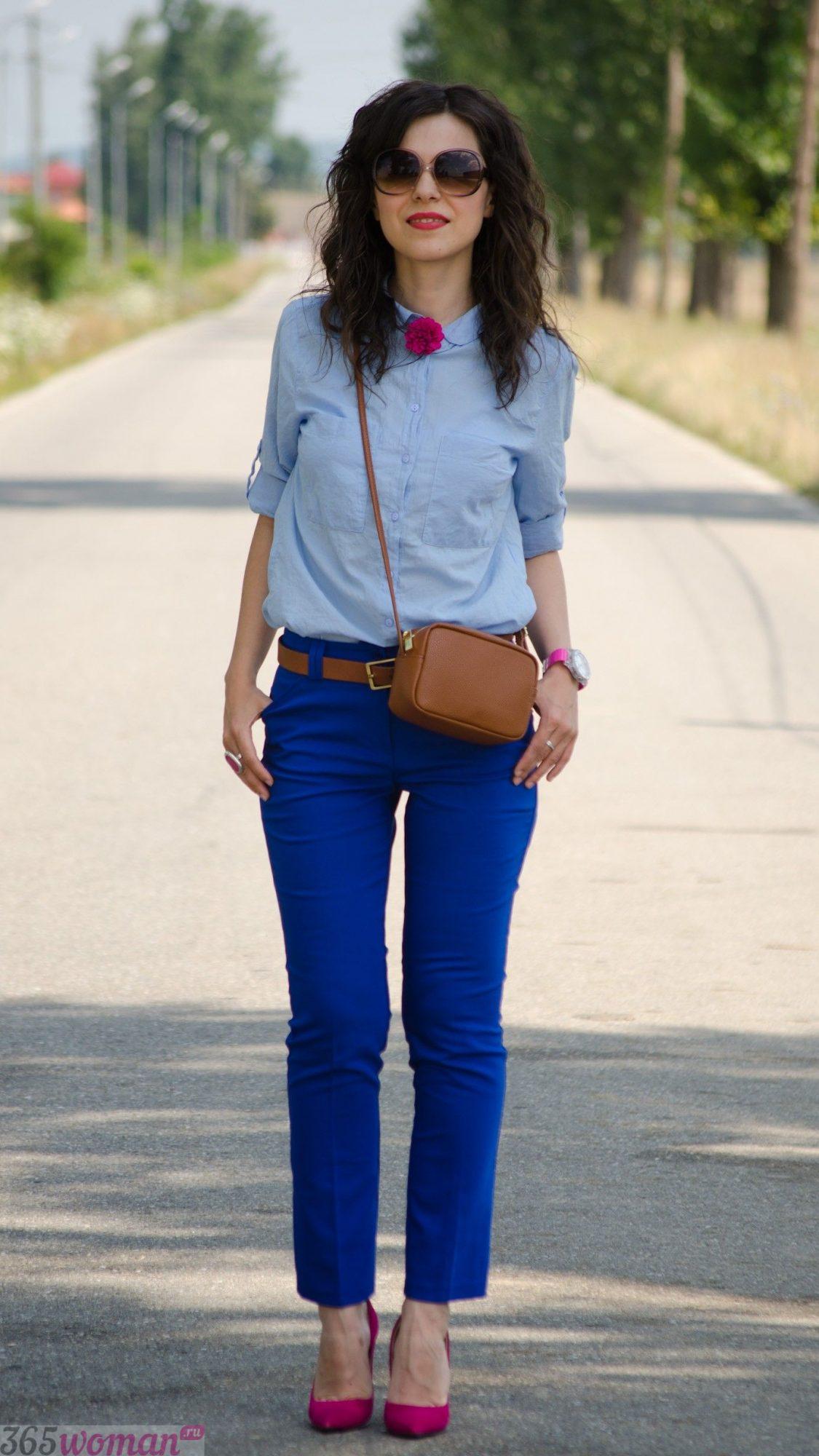 с чем носить классические ярко синие брюки и светлая рубашка