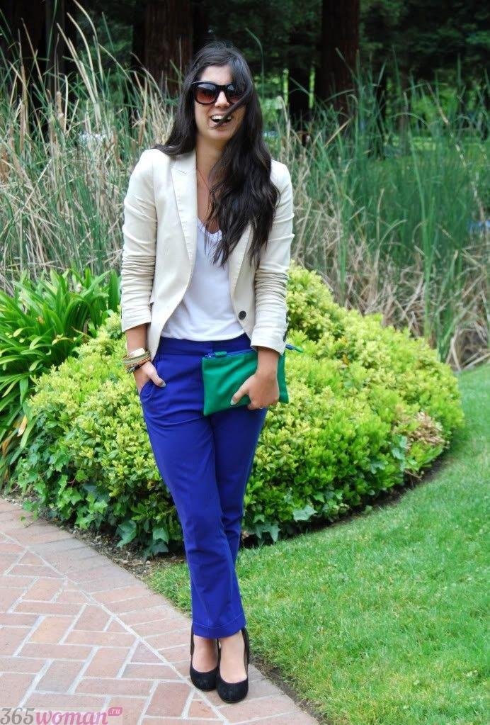 с чем носить классические ярко синие брюки и светлый кардиган