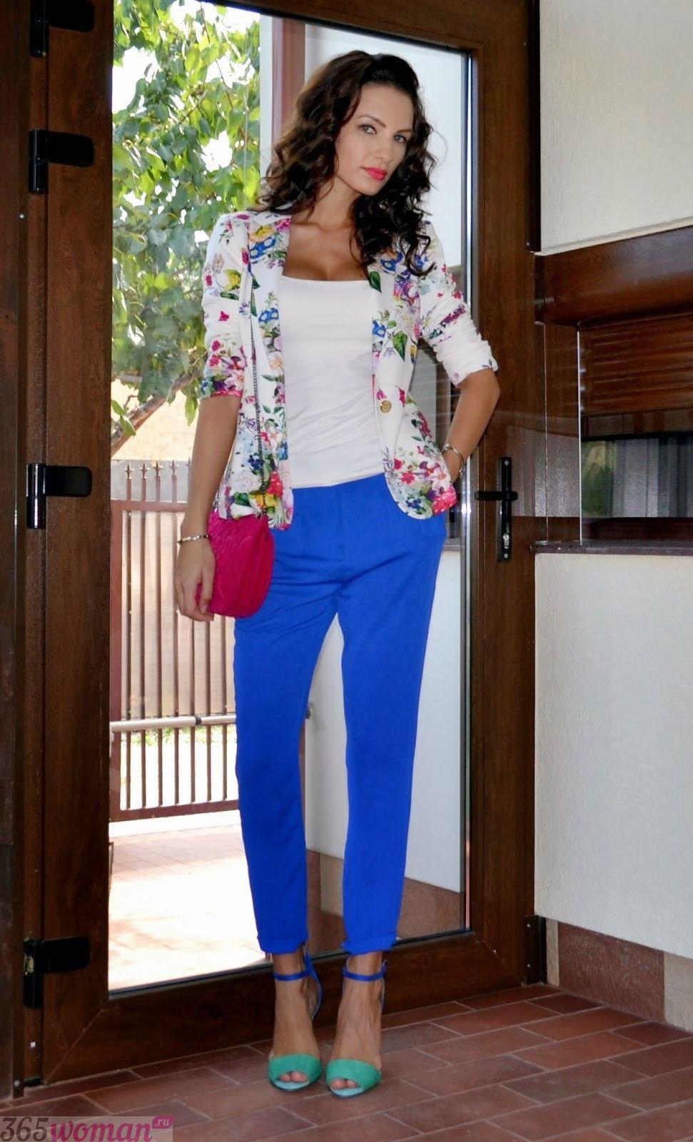 с чем носить ярко синие укороченные брюки и пиджак в цветы
