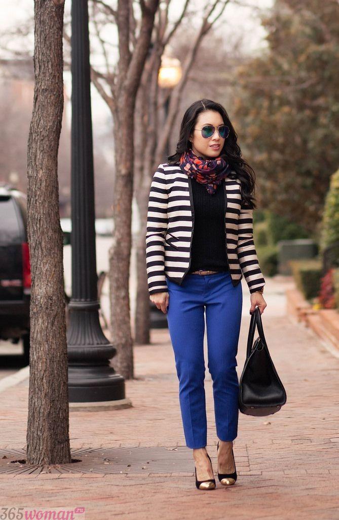 с чем носить ярко синие брюки и пиджак в полоску