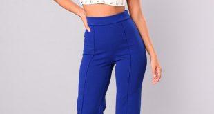 ярко синие брюки и белый короткий топ