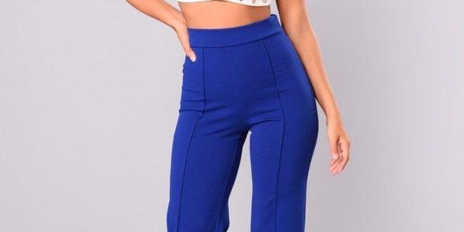 С чем носить ярко синие женские брюки? Фото модных образов