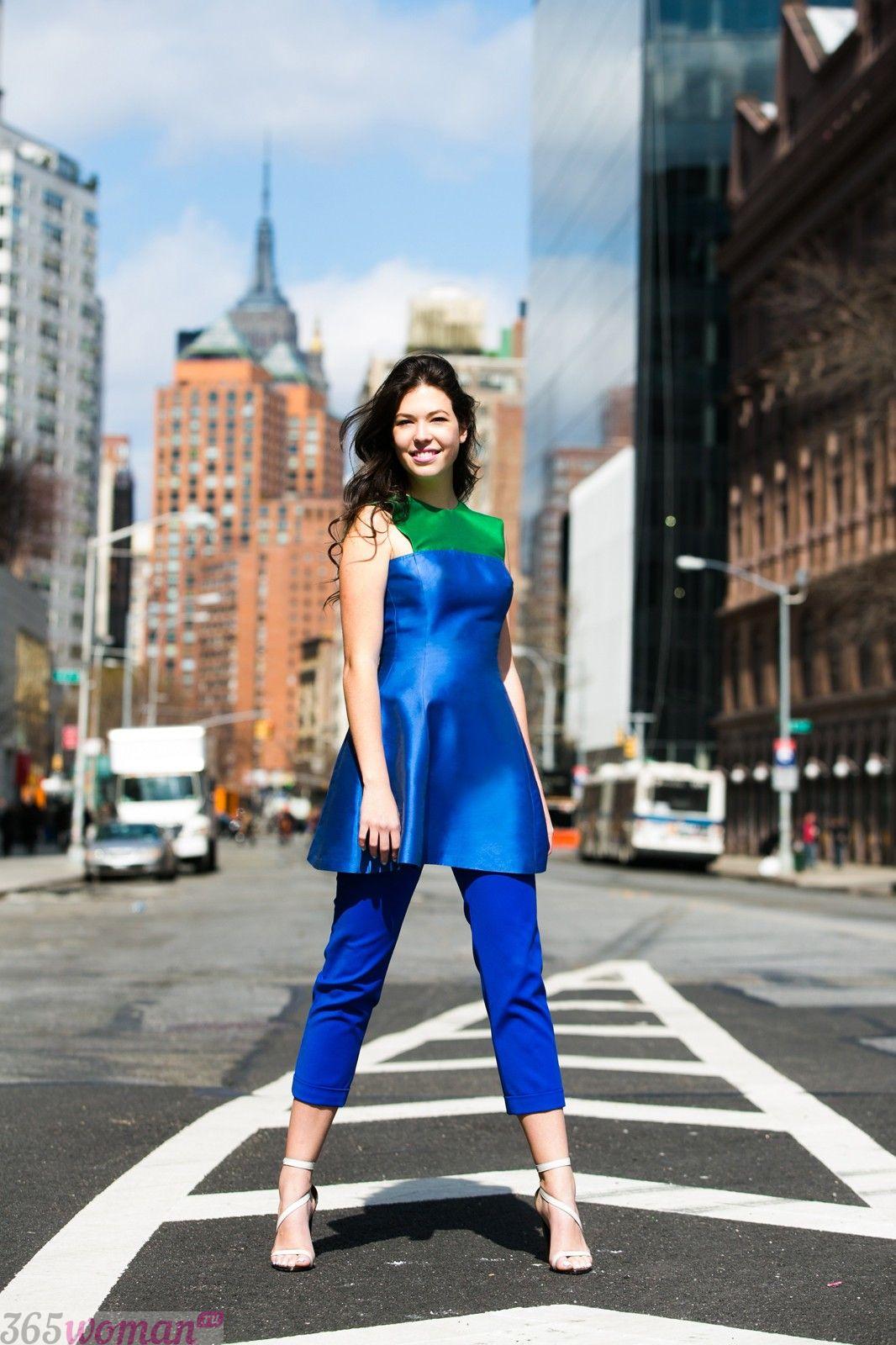 с чем носить ярко синие брюки и платье