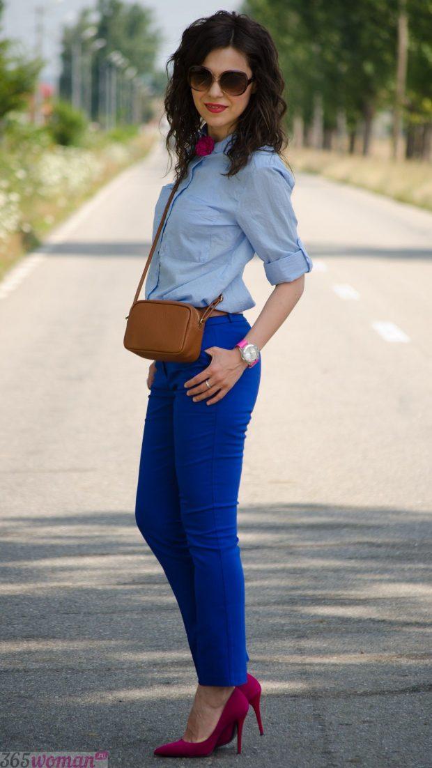 с чем носить ярко синие брюки и голубая рубашка