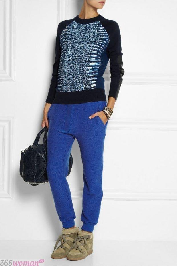 с чем носить ярко синие брюки и блестящий свитшот