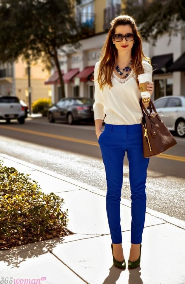 с чем носить ярко синие брюки и белая блуза