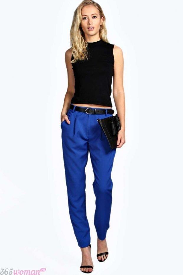 с чем носить ярко синие брюки и черная майка