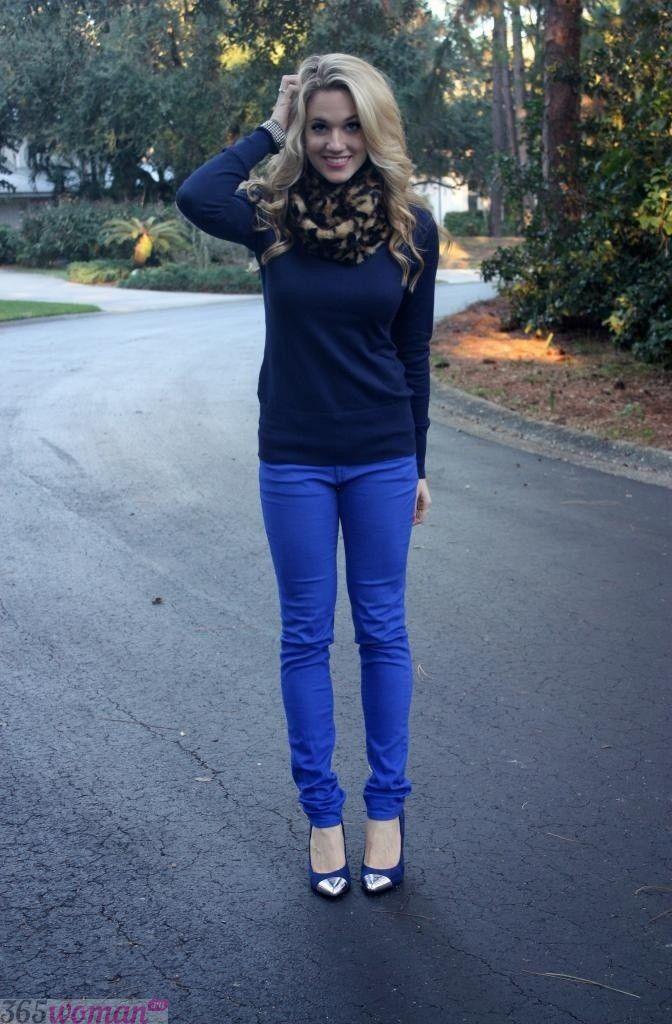 с чем носить ярко синие брюки и темный реглан