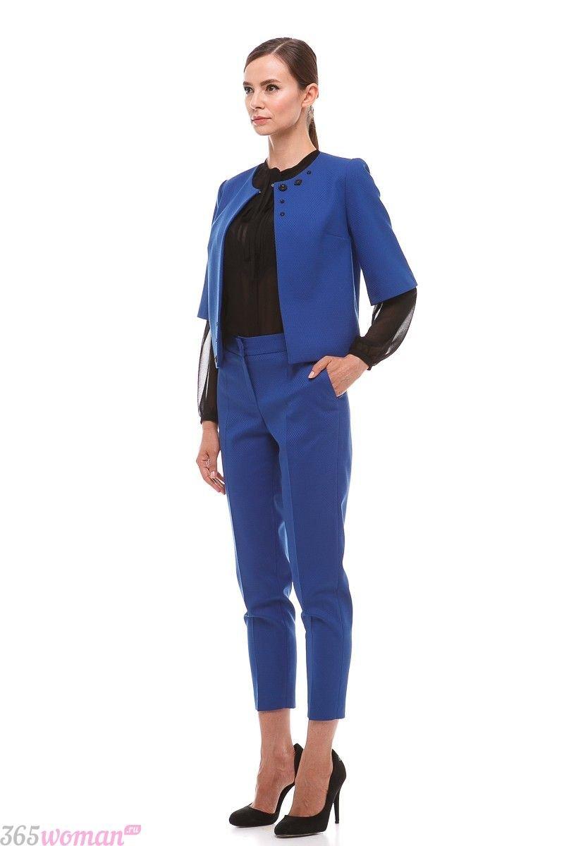 с чем носить костюм с синими укороченными брюками