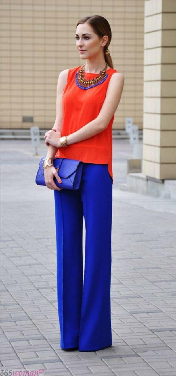 с чем носить широкие ярко синие брюки и коралловая блуза