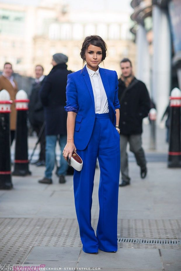 с чем носить костюм с ярко синими брюками