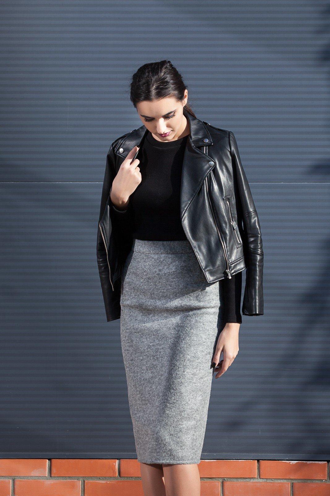 серая юбка карандаш и черная кожаная куртка с чем носить