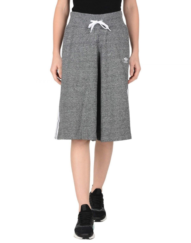 серая юбка-шорты до колена с чем носить
