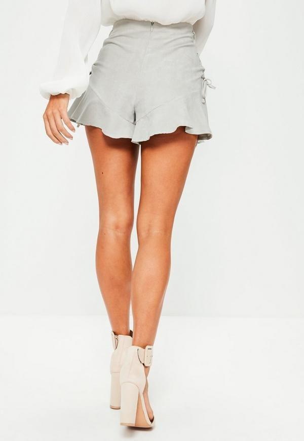 серая юбка-шорты с рюшами с чем носить