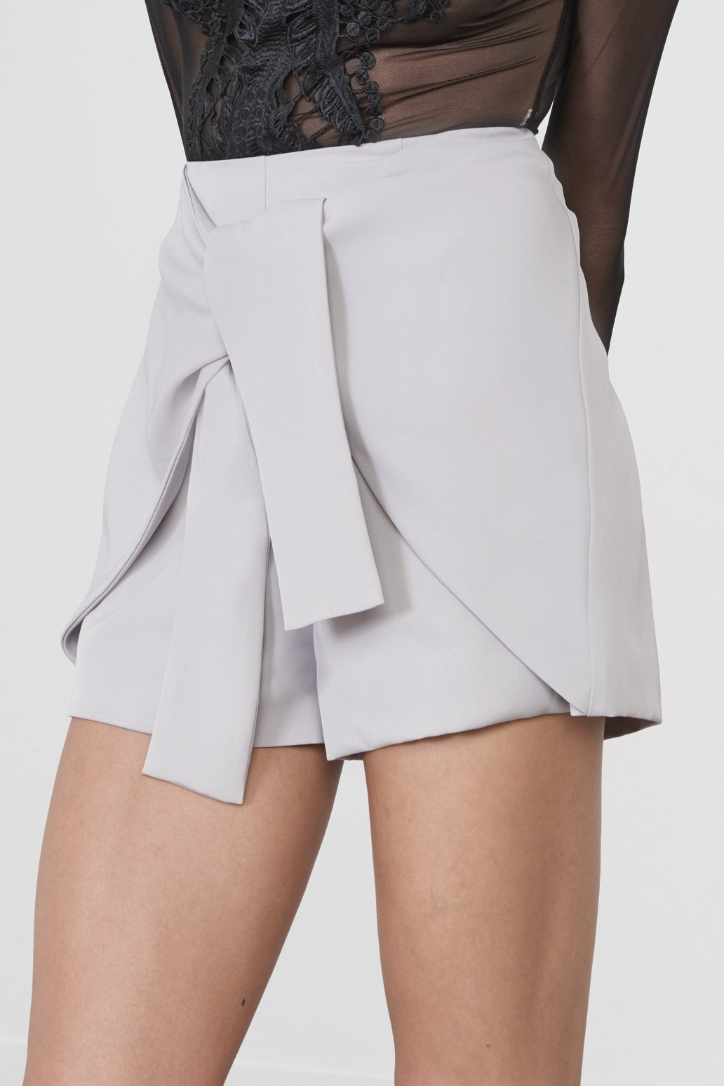 серая юбка-шорты на завязках с чем носить