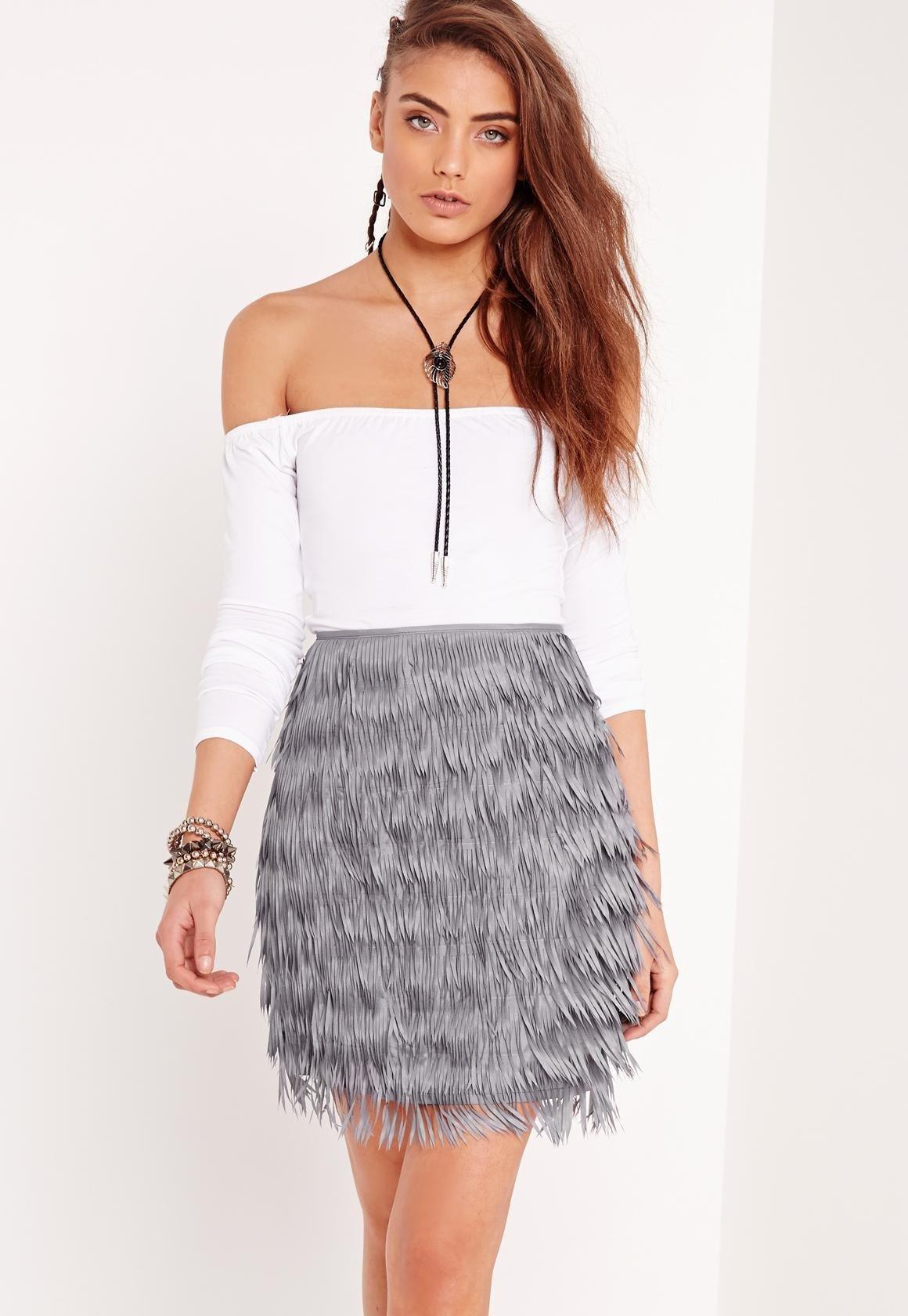 серая мини юбка с бахромой с чем носить