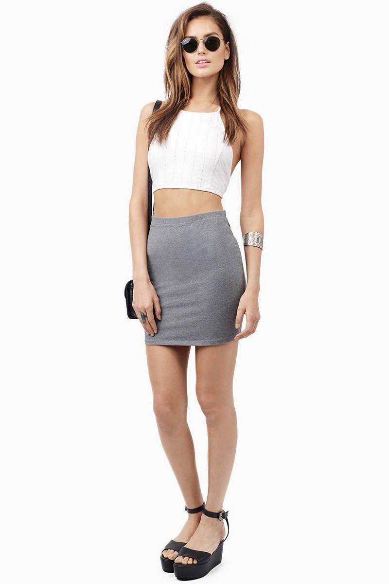 серая мини юбка с чем носить