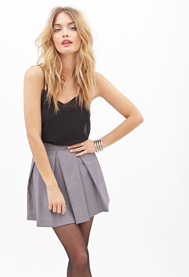 серая мини юбка со встречными складками с чем носить