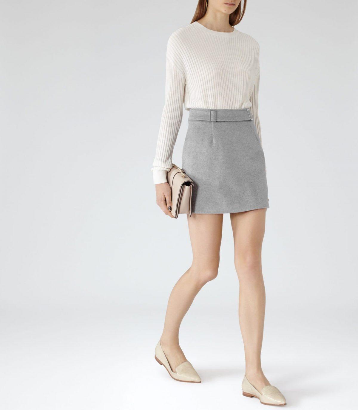 серая мини юбка и белый реглан с чем носить