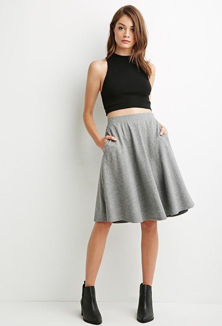 серая классическая юбка до колена с чем носить