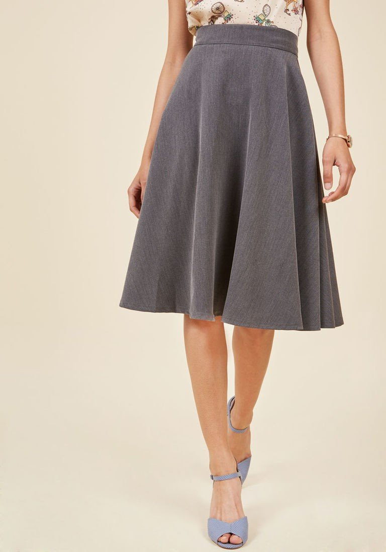 серая классическая юбка-клеш длины миди с чем носить