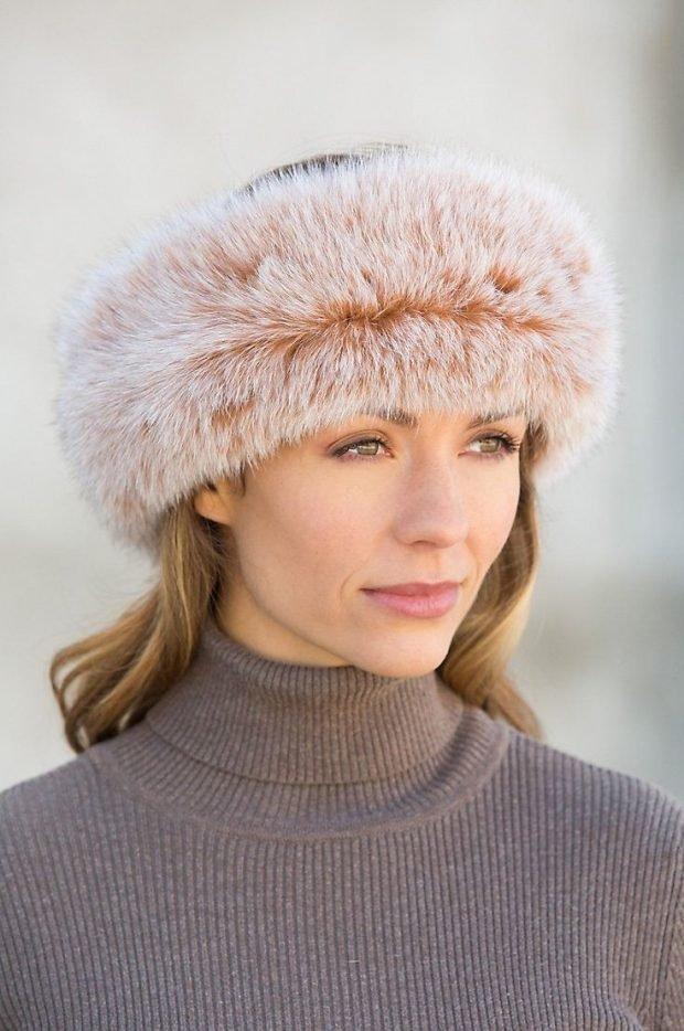 модные шапки и шарфы осень-зима 2020 2021: светлая меховая