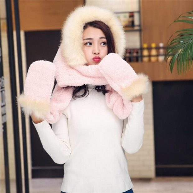 модные шапки и шарфы осень-зима 2021: розовая с мехом и рукавицы
