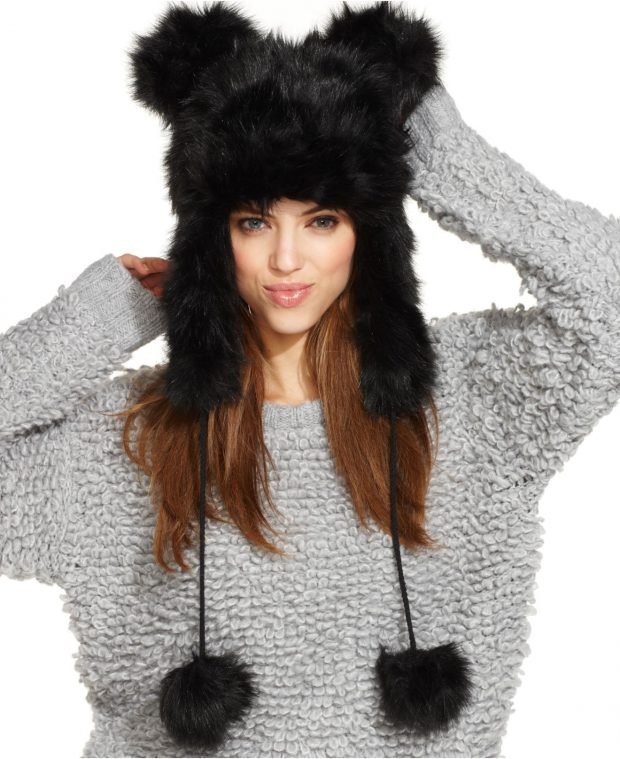 модные шапки и шарфы осень-зима 2020 2021: черная меховая с помпонами