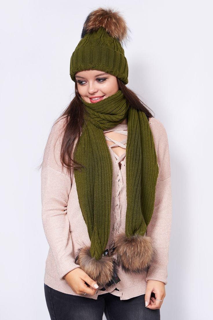 зеленая шапка и шарф с помпонами