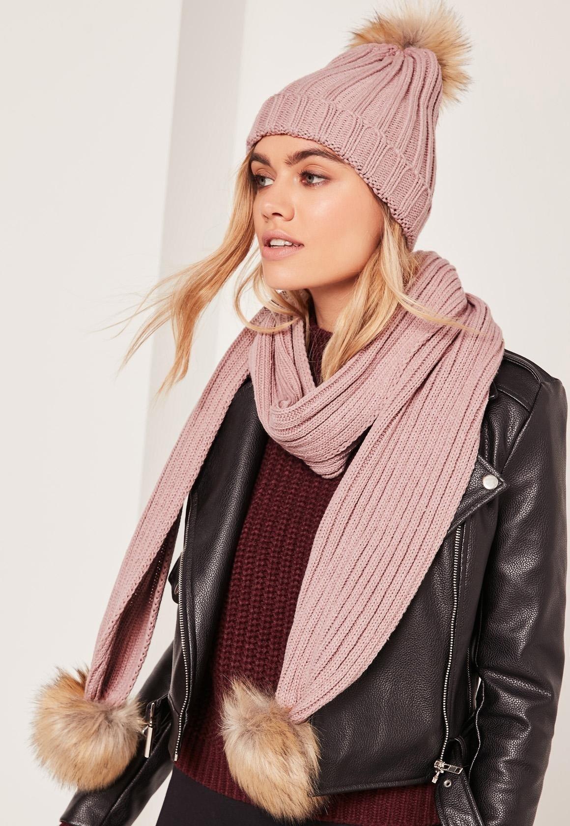 бежевая шапка и шарф с помпонами