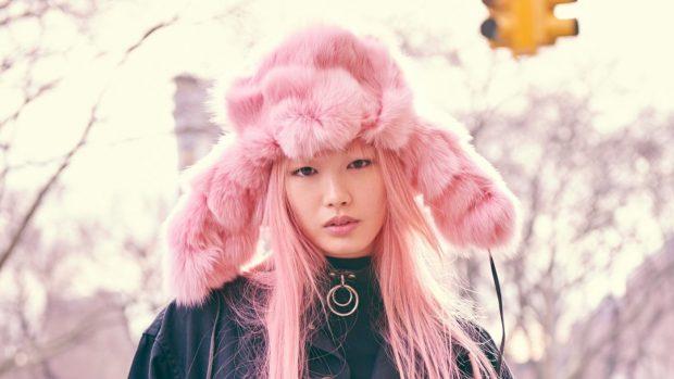 модные шапки и шарфы осень-зима 2020 2021: розовая меховая ушанка