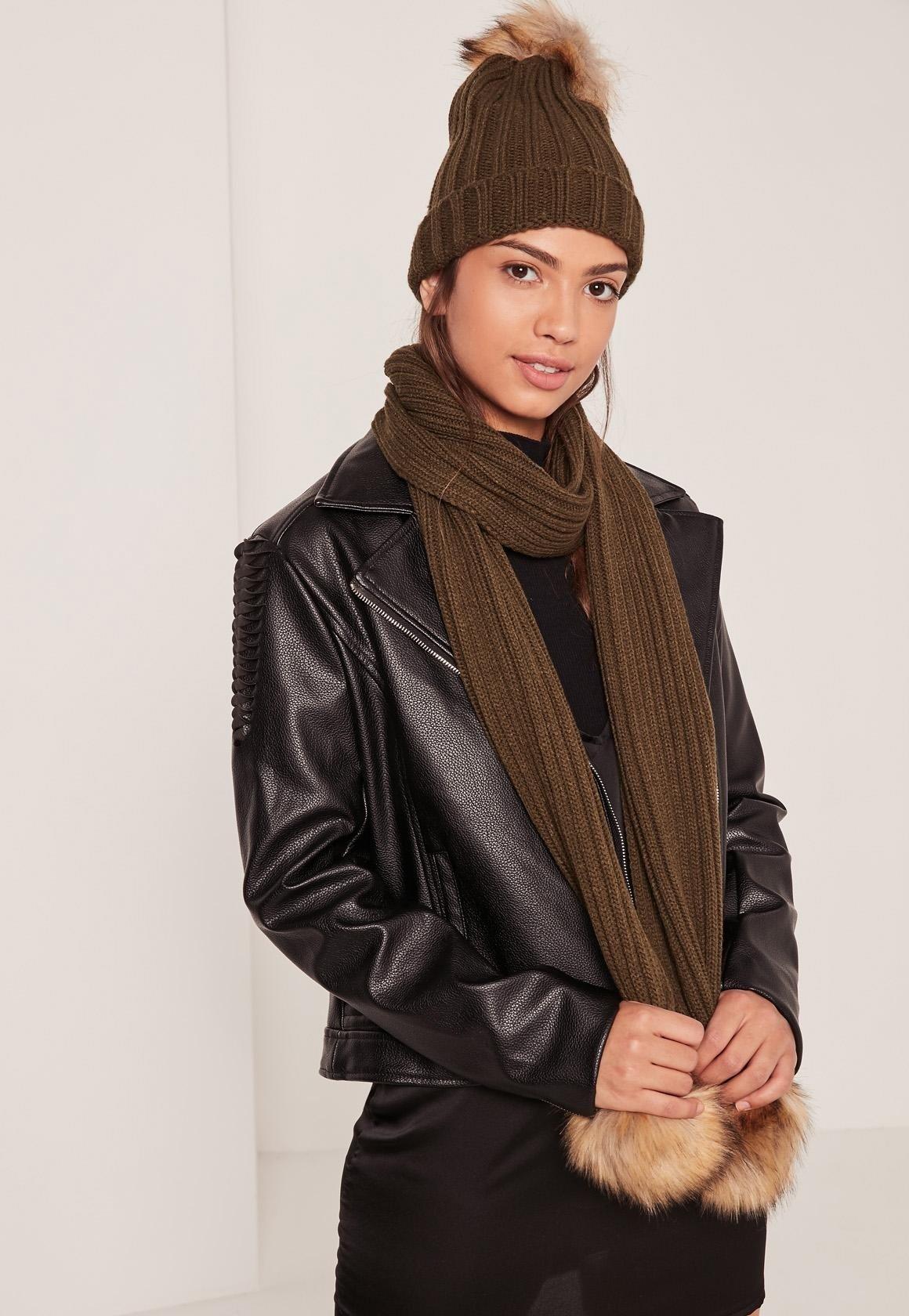 коричневая шапка и шарф с помпонами