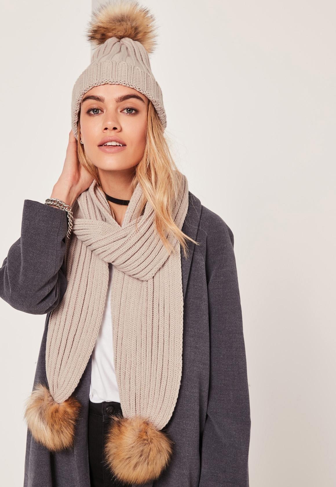 светлая шапка и шарф с помпонами