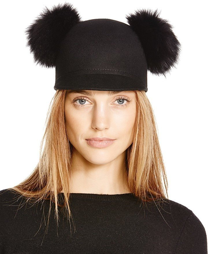 черная шапка с двумя помпонами